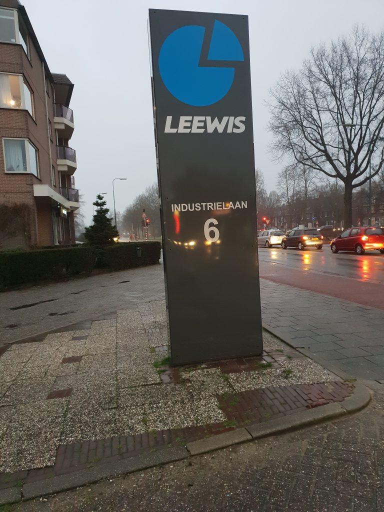 Leewis_reclamezuil_belettering_Veenendaal_Reclame_Signmakers